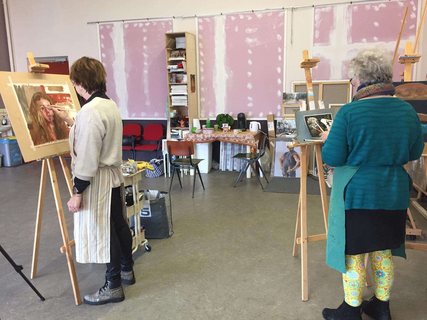 Tijdens les in het atelier van Melda Wibawa